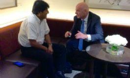 Morales entrega carta a la FIFA para organizar un mundial en Bolivia en 2025