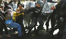 Personas con discapacidad y policías 'chocan' en La Paz
