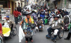Personas con discapacidad deciden movilizarse cubiertas de basura