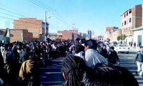 Largas filas de personas en las líneas del Teleférico para transportarse
