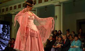 Mira a las modelos cholitas que se lucieron en el palacio de gobierno