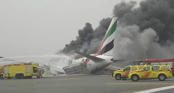 Explosión de un avión en el aeropuerto de Dubai
