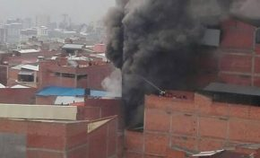 Incendio en calle Incachaca deja al menos tres bomberos heridos