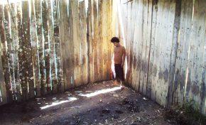 Nilver quedó loco y vive en una jaula hace 10 años en la comunidad de Copacabana