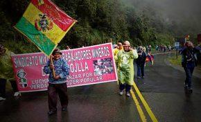 Mineros de la Chojlla marchan desde Unduavi a la ciudad de La Paz