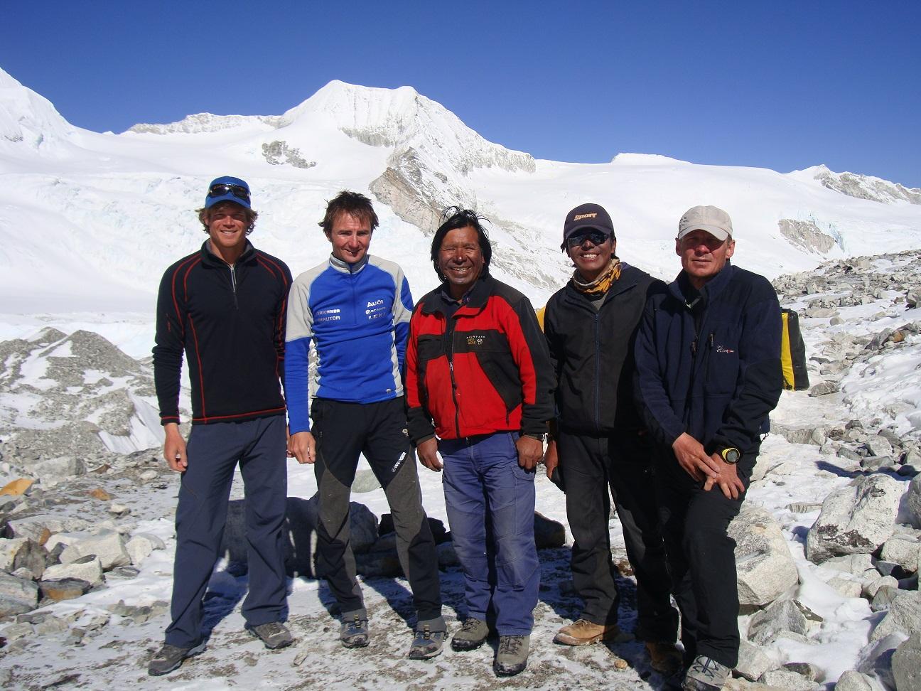Alpinista suizo Ueli Steck y Bernardo Guarachi ascendieron el Himalaya