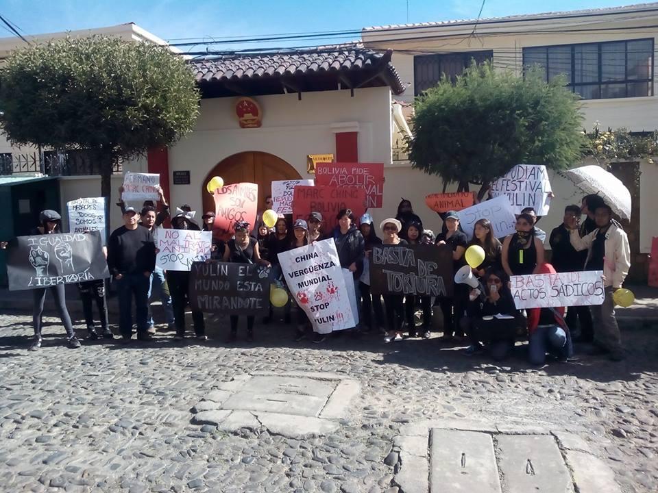 Activistas por los animales protestan contra el festival de Yulin