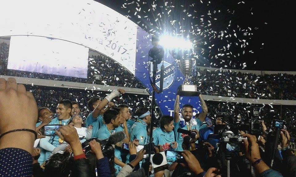 Bolívar festeja su título con victoria