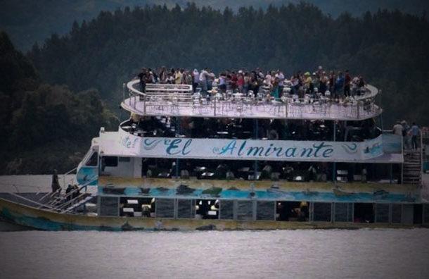 Un barco se hunde en Guatapé, Colombia