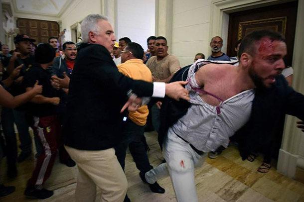 Un grupo de gente chavista ingresa con violencia al Congreso en Venezuela