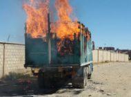 En Caracollo, contrabandistas queman un camión para evitar decomiso