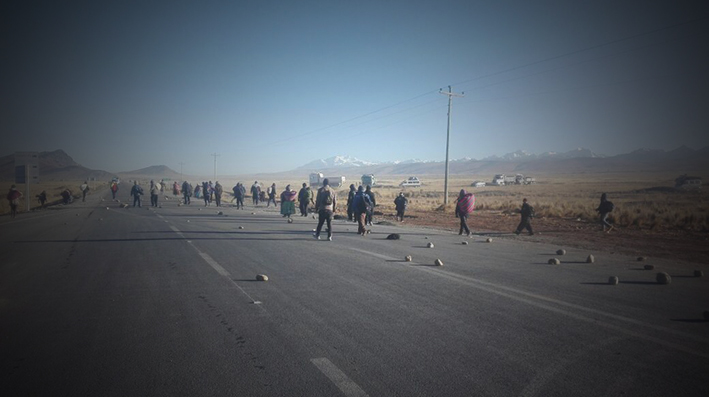 Vehículo se dio a la fuga y arrolló a seis personas en uno de los puntos del bloqueo de Achacachi