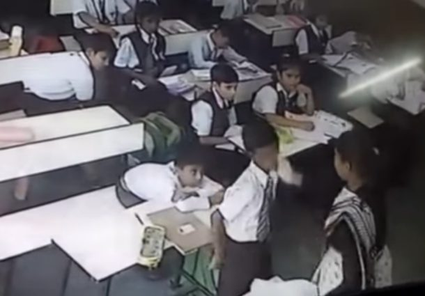 """Maestra golpea a un niño por no decir """"presente"""" en la India"""