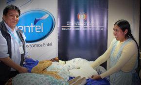 Tomasa Machaca recibe dotación de ropa de Entel