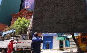 Comuna retira pantalla gigante en la plaza del Estudiante por falta de permiso edil