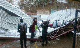 Dos estudiantes pierden la vida y otros 25 quedan heridos al desplomarse el tinglado de un colegio en Sucre