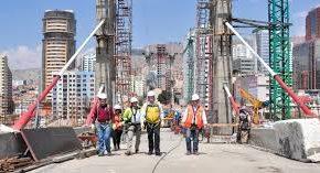 Alcalde visita construcción del Puente Gemelo y confirma que este miércoles se vacía última dovela para unir extremos