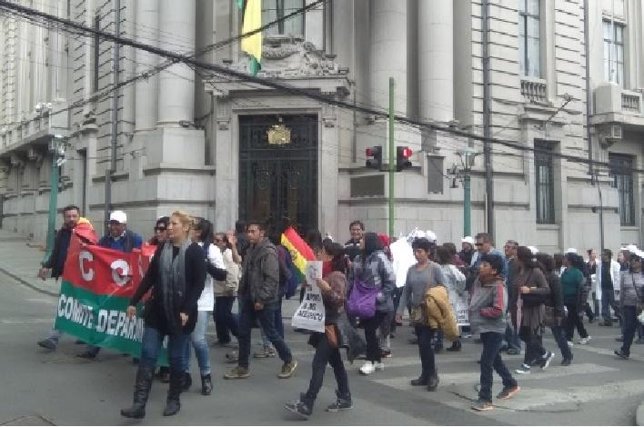Marcha de médicos y familiares marca jornada navideña en La Paz