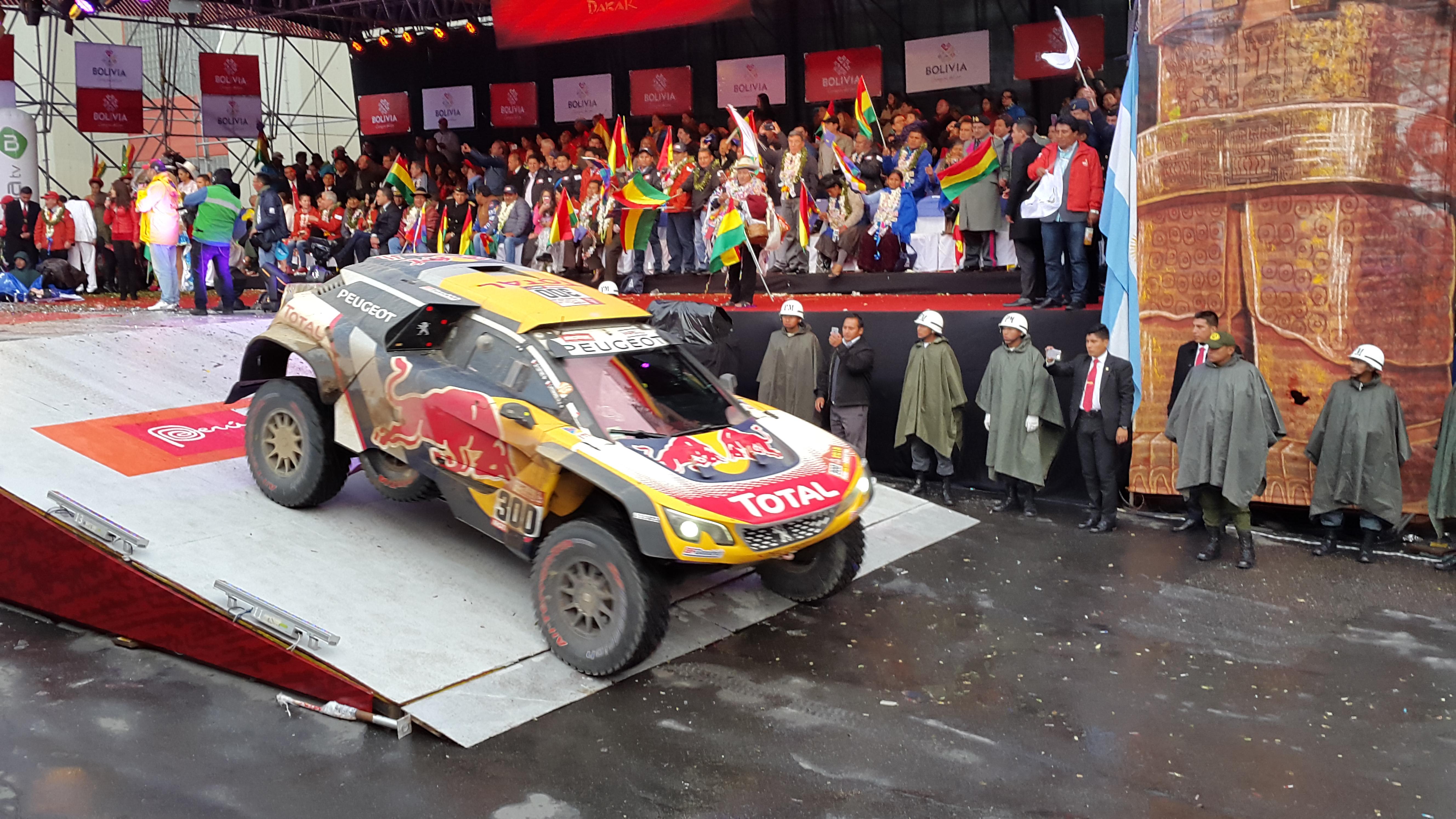 La rampa del estadio Hernando Siles vibró con el Rally Dakar