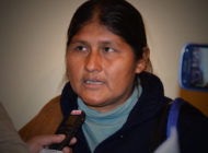 Diputada del MAS Juana Quispe escupe y arroja coca a otros dos diputados