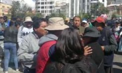 Viceministro Cárdenas agrede a una mujer y militantes del MAS censuran a una periodista