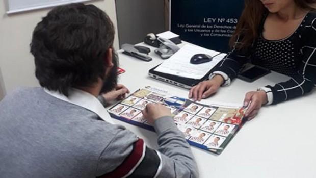 Viceministerio ayuda a usuario a llenar albúm del Mundial