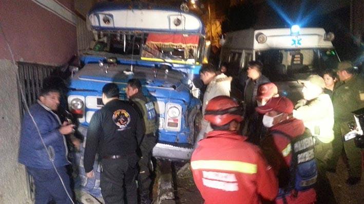 Conductor perdió el control del micro bus y atropelló a danzarines en Villa Victoria