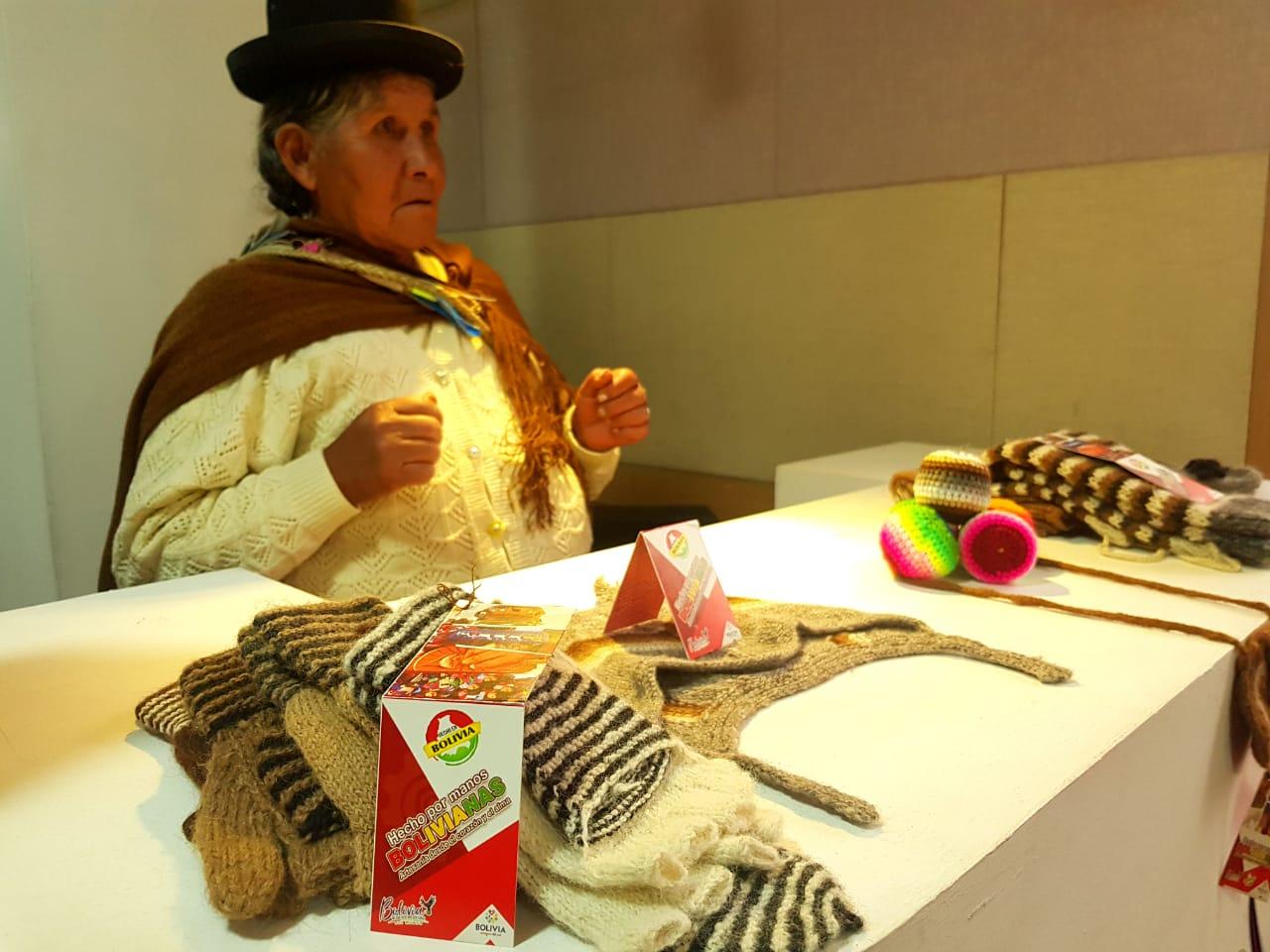 Artesanas de Copacabana exponen en la Casa del Artista en la ciudad de La Paz