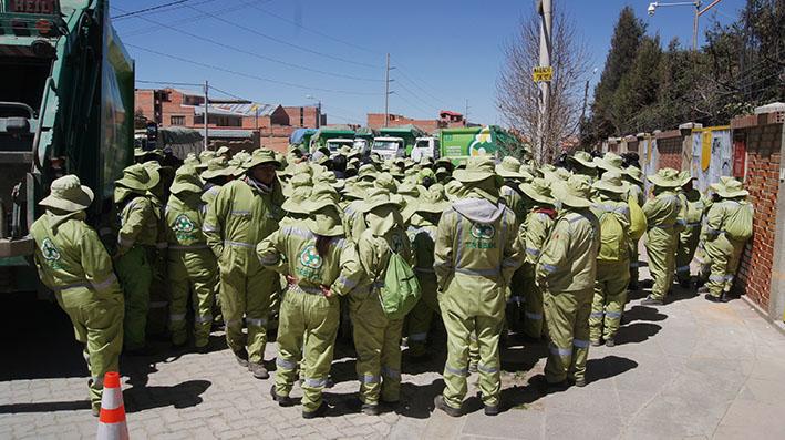 trabajadores Trebol en puertas del despacho de la alcaldesa Soledad Chapeton