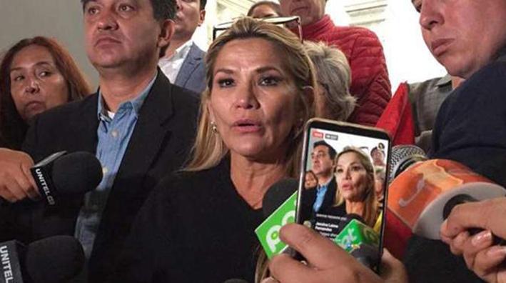 Jeanine Añez puede asumir la presidencia de manera automática