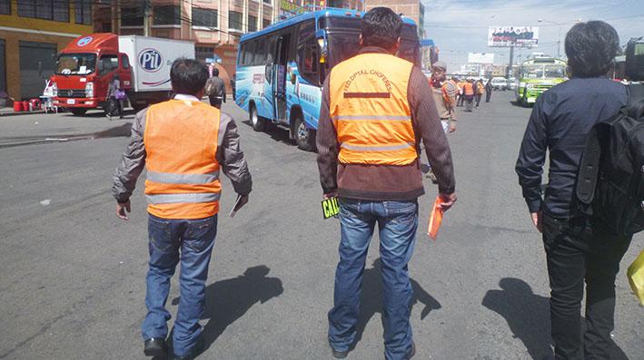 Guardia sindical del transporte colabora en el control de tráfico vial