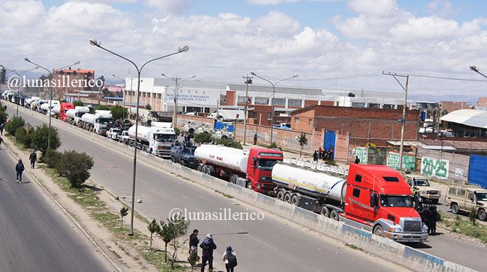 Operativo conjunto de la policía y FFAA permite la salida de combustible de la planta Senkata