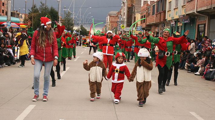 Colorido y alegría, en la tercera versión del desfile navideño de El Alto