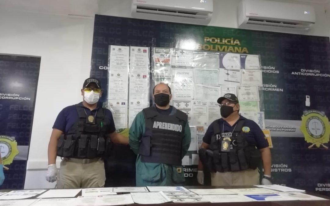Santa Cruz: Presentan a falsificador y piden a instituciones estatales afectadas activar querella en su contra