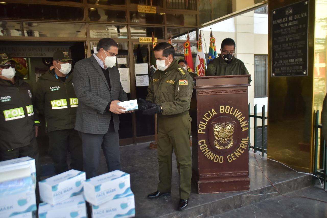 Entrega de los barbijos en el Comando General de la Policía Boliviana. Fotos: Rodríguez & Baudoin Comunicación Estratégica.