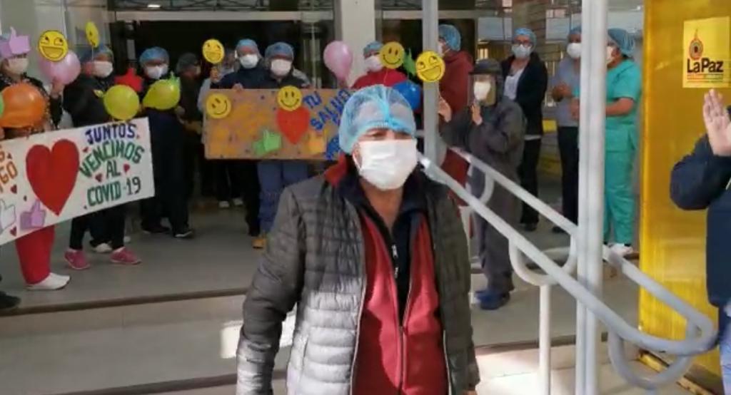 Una paciente que venció al COVID-19 deja un centro de salud en La Paz.